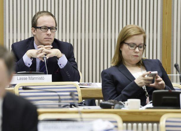 Kokoomuksen Lasse Männistö (vas.) ja Laura Räty (oik.) vaihtoivat politiikan yksityiseen terveysbisnekseen. Männistö työskentelee johtajana Mehiläisessä, Räty Terveystalossa.