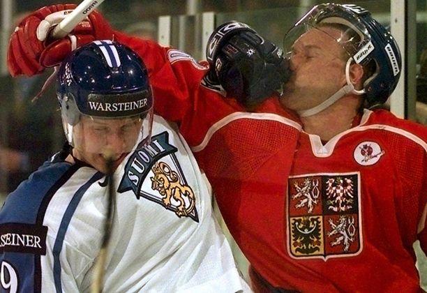 Sveitsin MM-kisoissa 1998 Ladislav Lubina (oik.) koki kovia Toni Lydmanin käsittelyssä.