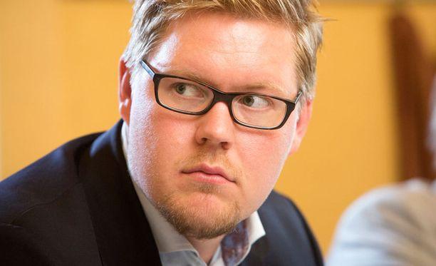 Helsingin Sanomat paljasti viime viikolla, että SDP:n ryhmänjohtaja Antti Lindtman olisi eduskuntaryhmää tiedottamatta esittänyt puhemiehistölle toiveita kyselytuntien kysymysten esittäjistä.