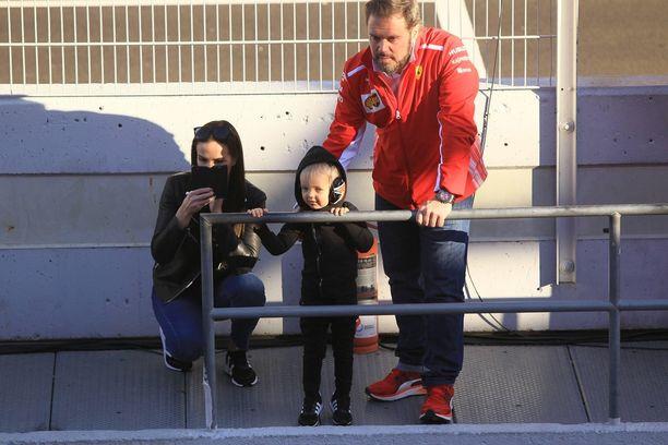 Keskiviikkona Minttu ja Robin nähtiin kannustamassa vatsataudissa olevaa Kimiä, joka sisun voimalla ajoi F1-testiajoja Barcelonassa.