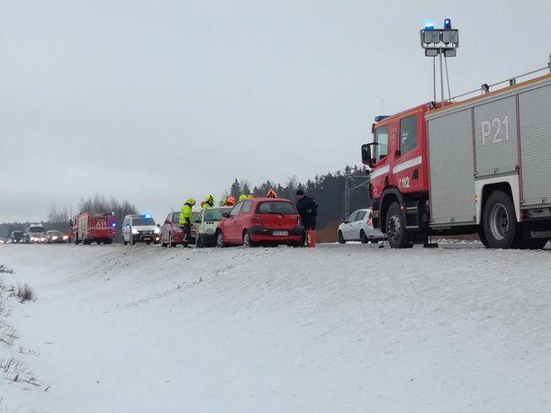 Liikenteenohjaus jatkui vielä pitkään onnettomuuden jälkeen.