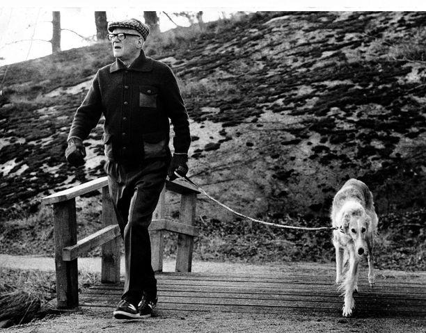 Kekkonen ulkoilutti ahkerasti koiriaan. 1970-luvun kuvassa Ludmila.