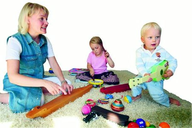– Muistetaan ihanat perinteiset lastenlaulut, toivoo Satu Sopanen, jolle lasten musiikkikasvatus on kutsumusammatti. Mukana musisoimassa Sopasen lapset Viivi ja Waltteri.