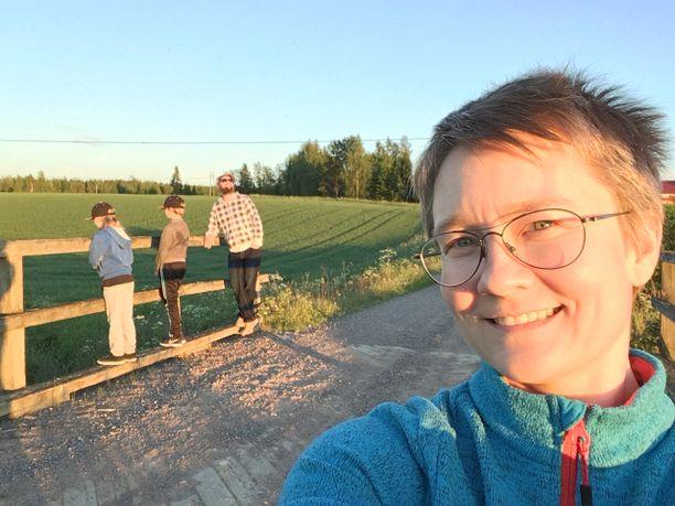 Veikko, Toivo, Ville ja Annika Laakso käymässä äidin kotikonnuilla Kankaanpäässä.