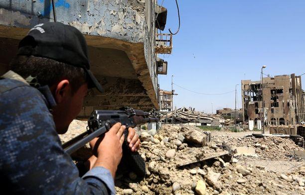 Irakilaissotilas asemissa Mosulissa Dawasan alueella.