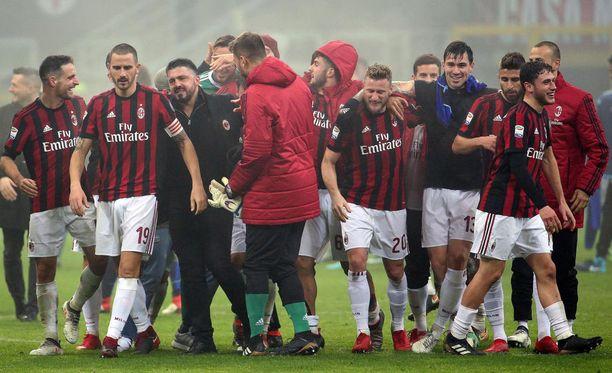 Gennaro Gattuso (kolmas vas.) keräsi joukkueensa rinkiin Lazio-voiton jälkeen, jossa pelaajat saivat tirvaista päävalmentajaa.