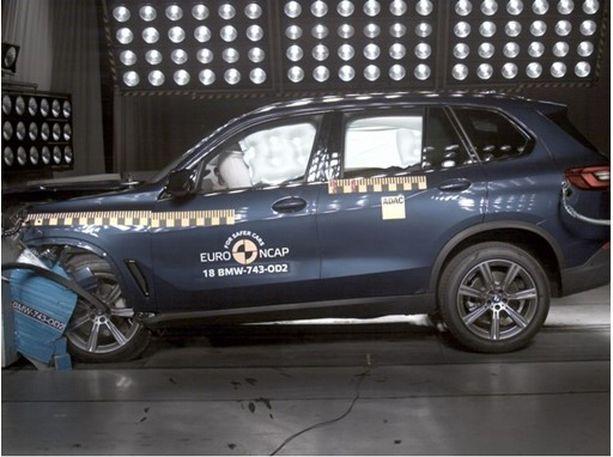 BMW X5 sai pientä moitetta polviturvatyynyjen suojasta etutörmäyksessä.