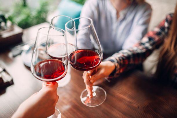 Punaviini voi hyvin toimia myös aperitiivina tai tervetuliaismaljana.