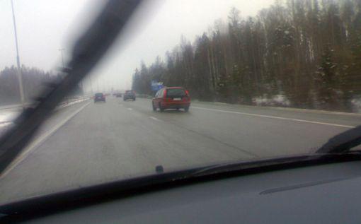 Keväisellä moottoritiellä lentelee irtokiveä ja joskus irronneita nastoja.