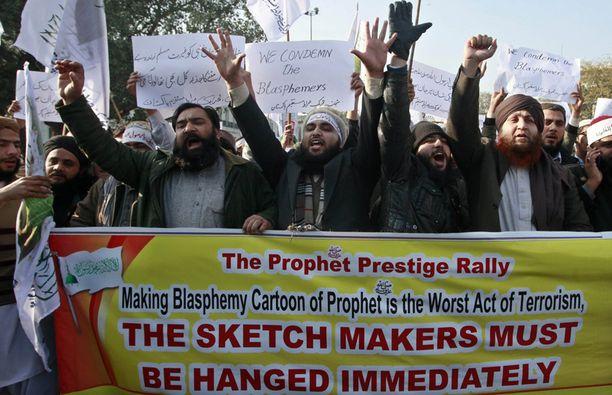 Mielenosoittajat Lahoressa vaativat torstaina pilapiirtäjien hirttämistä.