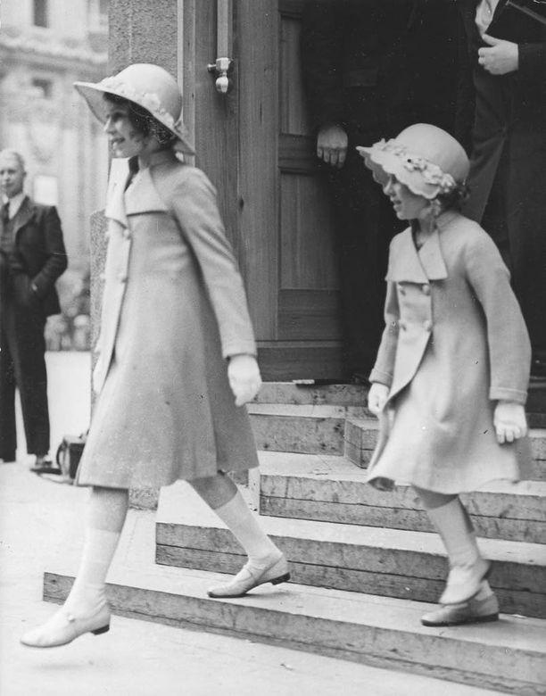 Siskokset Elisabet ja Margaret Rose puettiin usein samanlaisiin vaatteisiin.