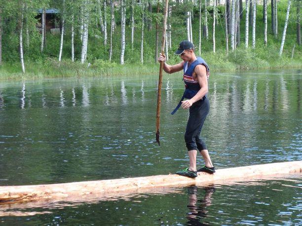 Mikkoset käyttävät tukkeina yleensä kuusitukkeja, sillä ne kelluvat parhaiten. Kuvassa Toni Mikkonen tukin päällä.