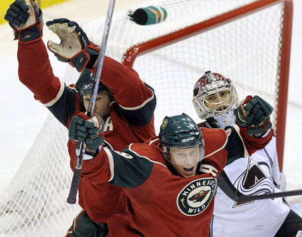 Minnesotan Mikko Koivu (edessä) ja Brian Rolston (vasemmalla) tuulettavat joukkuetoveri Keith Carneyn maalia.