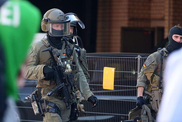 Raskaasti aseistetut poliisit poistuivat rautatieasemalta panttivankidraaman lauettua.