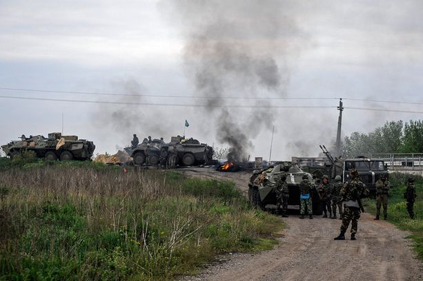 Ukrainan armeijan sotilaita vallatulla tarkastuspisteellä Slovjanskin lähellä perjantaina.