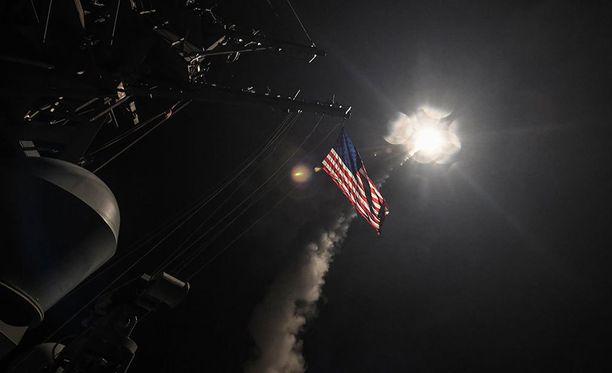 USA laukaisi 59 risteilyohjusta Syyrian armeijan lentotukikohtaan Välimereltä.