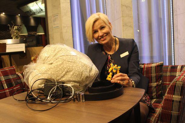 Orginal Sokos Hotel Ilveksen hotellinjohtaja Irmeli Puolanne sanoo majoittujien jättävän huoneisiin paljon erilaista tavaraa.