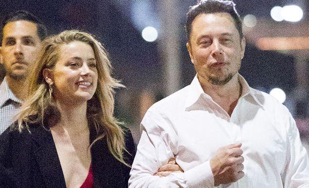 Yli 10 miljardin omaisuuden teknologiayhtiöillään tehnyt Musk iski silmänsä Heardiin jo parin tavatessa Machete Kills -elokuvan kuvauksissa vuonna 2013.