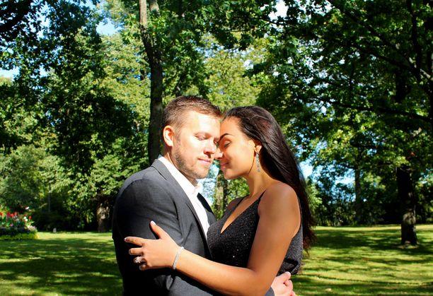 Juhan ja Nooran suhde eteni nopeasti kihlaukseen, kun Juha kosi rakastaan Yhdysvalloissa viime vuonna.