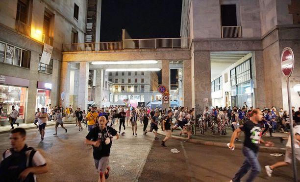Ihmiset ryntäsivät hädissään pois Piazza San Carlolta.