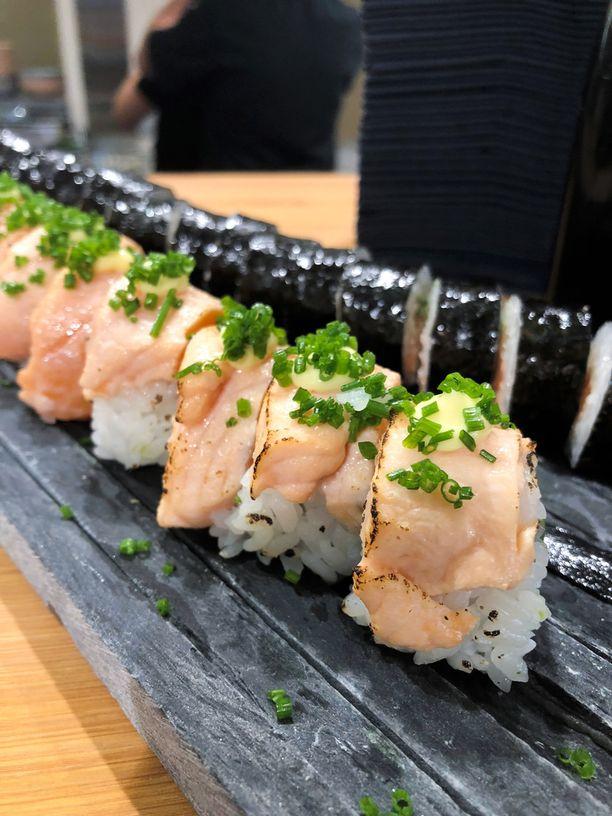 Grillattua lohta sisältävät makit ja nigirit ovat Hanko Sushi -ravintoloiden myydyimpiä susheja.