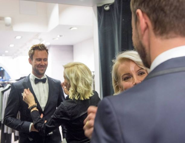 Myymäläpäällikkö Sari Rennison Helsingin Sand-liikkeestä auttoi Waltteri Torikkaa juhlapuvun valinnassa. Sari tarkisti, onko vaatteiden istuvuudessa korjattavaa.