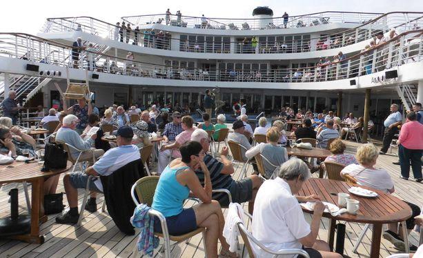 Kokonaisuudessaan risteily Cruise & Maritime Voyages -varustamon operoimalla Marco Pololla kesti yli kuukauden.