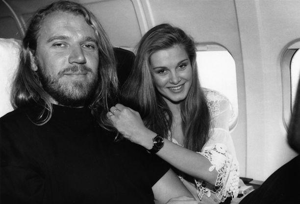 Harlin on seurustellut myös ex-missi Tarja Smuran kanssa. Suhde herätti aikoinaan kohua.