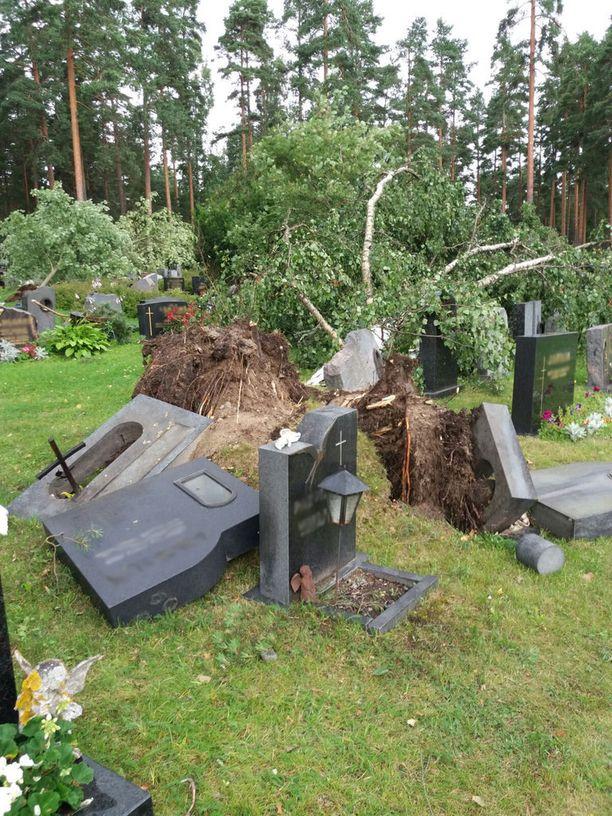 Kaatuneet puut mylläsivät hautoja ja murjoivat hautakiviä.