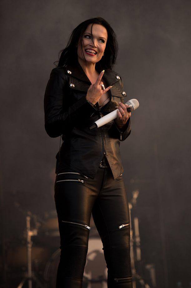 - They lost a fucking Diva. Love you Tarja!!!!!, eräs fani lähetti terveisensä ja samalla harmitteli ettei Tarja ole enää Nightwishissä.
