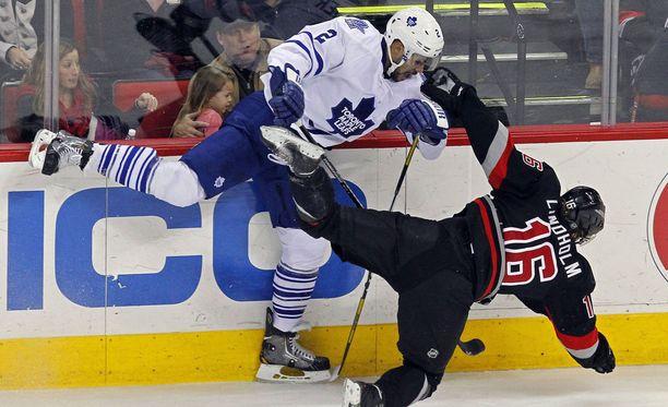 Mark Fraserilla (vas.) on vyöllään yli 200 NHL-ottelua. Kuvassa hän kamppailee Carolina Hurricanesin Elias Lindholmin kanssa.