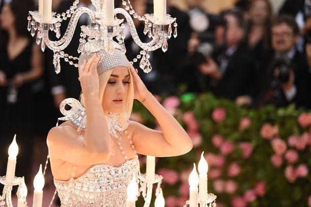 Laulaja Katy Perry edusti gaalassa kynttilöiden välkkeessä.