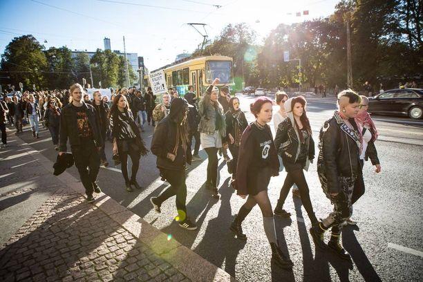 Sää oli aurinkoinen. Mielenosoittajia Kaisaniemenkadulla kulkemassa kohtia Pitkää siltaa. Pian kuvan jälkeen suuntaa vaihdettiin. Hetken aikaa väkijoukko oli paikoillaan Unioninkadun ja Kaisaniemenkadun risteyksessä, jonka jälkeen mielenosoittajat suuntasivat Fabianinkadulle.