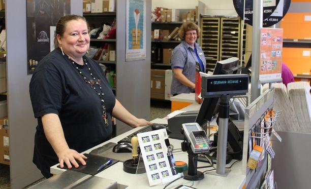 Jyväskylän Seppälän postin palvelumyyjät (edessä) Hannele Tolvanen ja Marja-Liisa Perälä jaksoivat hymyillä vaikka Posti ilmoitti tänään, että se irtisanoo enintään 319 työntekijää ja luopuu 77 omasta myymälästä.
