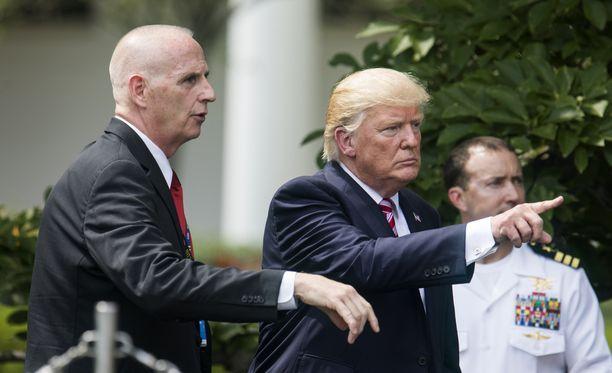 Keith Schillerin (vas.) kerrotaan olevan paitsi henkivartija myös Trumpin uskottu ystävä.