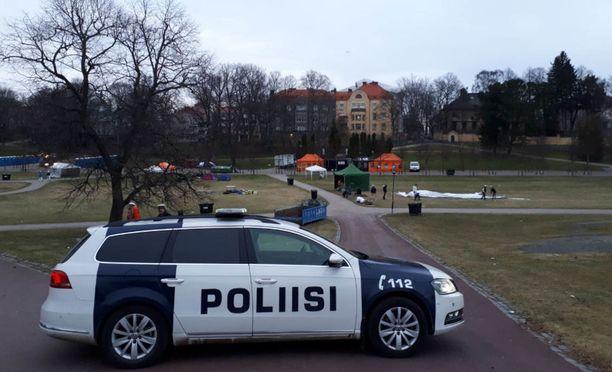 Alaikäisten juopottelu työllisti poliisia Kaivopuistossa.
