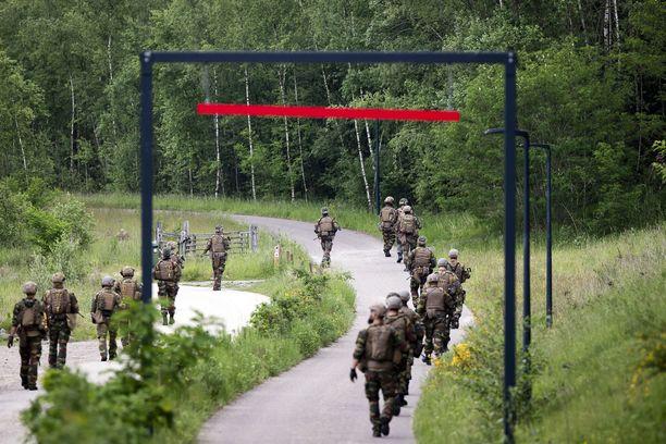 Sotilaita etsintätöissä Hoge Kempenin kansalolispuistossa viime viikolla.