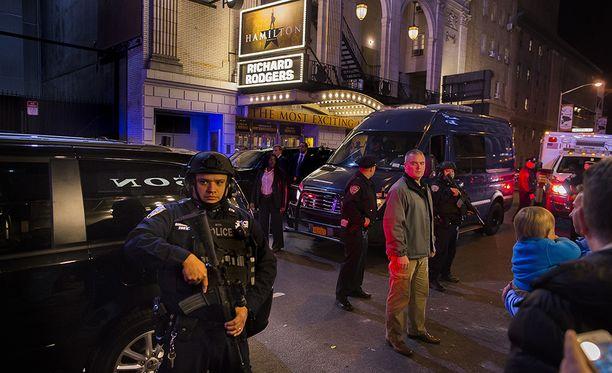 Teatterin ulkopuolella oli tiukat turvatoimet esityksen aikana.