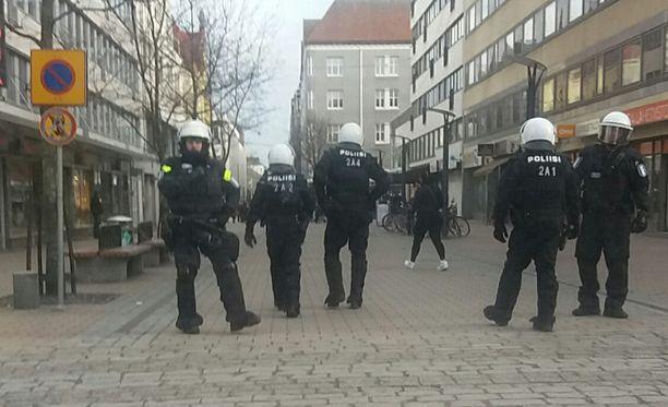 Poliisivat eristivät anarkistiryhmittymän Kuninkaankadulla Tampereen keskustassa vappuaattona.