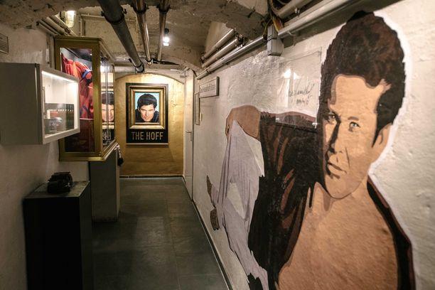 Museon seinää koristaa suuri David Hasselhoffia esittävä maalaus.