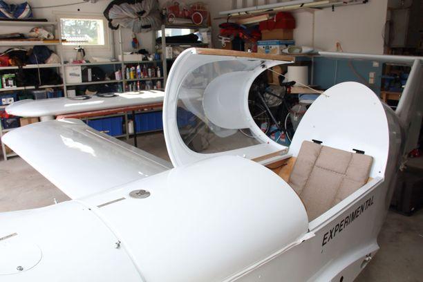 Yksipaikkaisessa koneessa on suljettava kuomu. Toinen siipi on tällä hetkellä irrotettu, jotta kone mahtuu autotalliin.