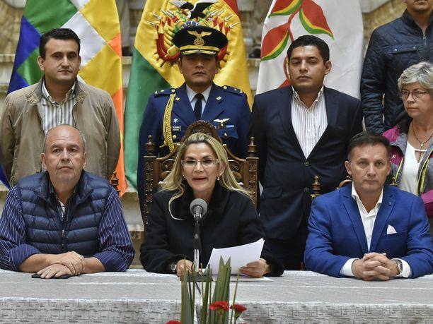 Bolivian presidentiksi itsensä julistanut Jeanine Añez piti puheen kabinetissaan 23.marraskuuta.