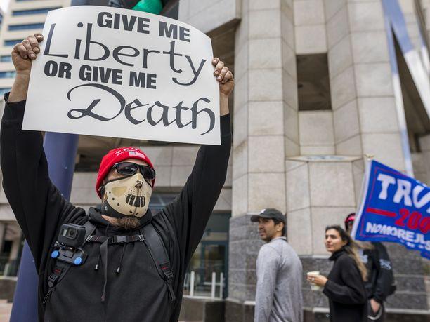 Sadat ihmiset ympäri Yhdysvaltoja vastustivat lauantaina järjestetyissä mielenosoituksissa koronarajoituksia.