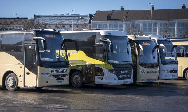 Koronarajoitusten myötä bussien tilausajoliikenne on käytännössä pysähtynyt.