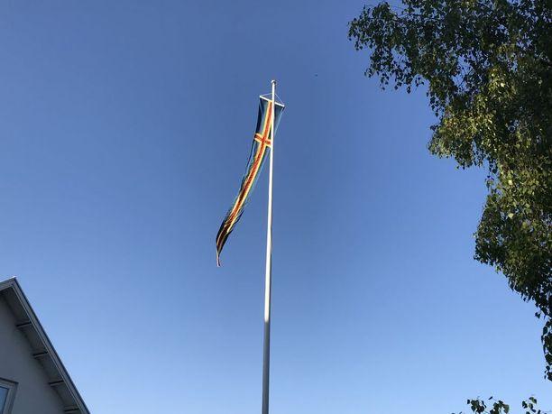 Kulttuuriministerin mukaan Ahvenanmaan kunnat saavat itse päättää, nostavatko Suomen vai Ahvenanmaan lipun tai viirin salkoon.