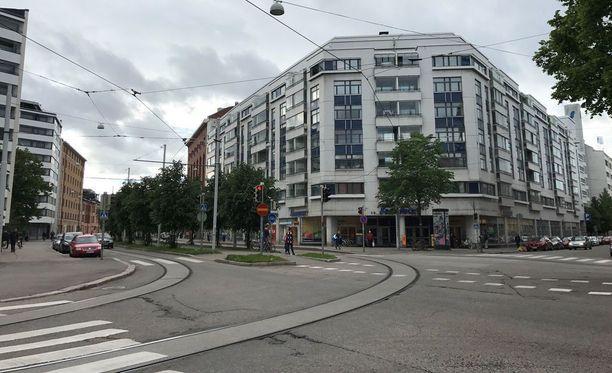 Kertomansa mukaan Väärä heitti uhrin maksukortit Aleksis Kiven kadun varren S-Marketin roskalaatikkoon.