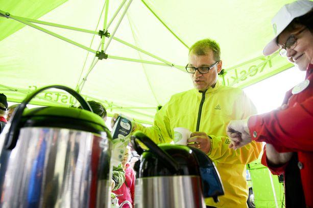 Keskustan puheenjohtaja Juha Sipilä kamppailee hupenevan kannatuksen kanssa. Kuva keskustan Pyörät pyörimään -tapahtumasta.