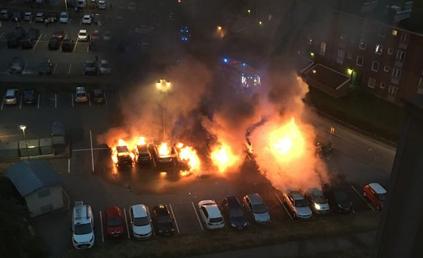 Autojen tuhopoltot järkyttivät Göteborgissa. Kuva Frölundasta.