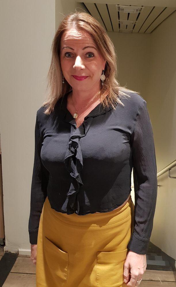 Susan Ruusunen saapui Relove Fredan VIP-avajaisiin torstaina. Uutta puotia emännöi Noora Hautakangas.