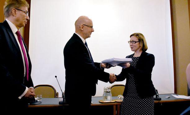 Ministeri Hanna Mäntylä sai tänään käsiinsä selvityksen perustulomalleista.
